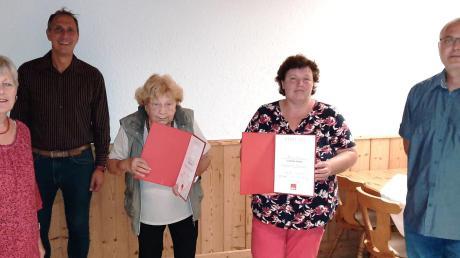 Thekla Martin und Gabriele Janka (Bildmitte) wurden von Tapfheims SPD-Vorsitzender Gerda Jall-Struck, dem Unterbezirksvorsitzenden Christoph Schmid und dem stellvertretenden Ortsvereinsvorsitzenden Abdulmuttalip Kambur (von links) für jeweils 25-jährige Mitgliedschaft ausgezeichnet.