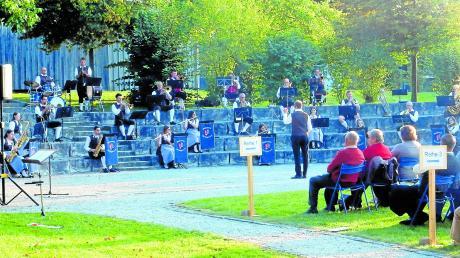 """In Corona-Zeiten ein idealer """"Konzertraum"""": Das Amphitheater im Mertinger Schulgarten. Hier erfreuten die Mertinger Blasmusikanten ihr Publikum."""