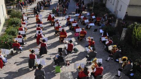 Für eine Blaskapelle sind die Corona-Abstände nicht leicht zu bewältigen. Die Musikkapelle Rögling präsentierte sich beim jetzigen Standkonzert auf acht Reihen verteilt und bewältigte die Herausforderung bravourös.