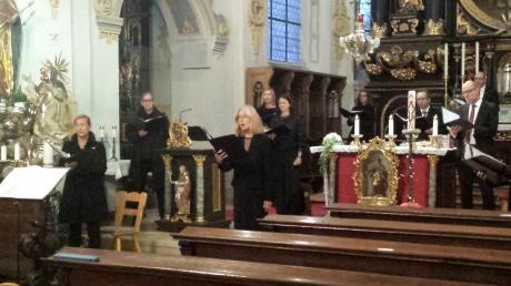 Das Vokalensemble München – in Corona-Abständen in der Wallfahrtskirche Niederschönenfeld platziert – geleitet von Viktor Töpelmann.