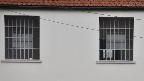 Ein Häftling in der JVA Kaisheim hat per Videokonferenz einen Rechtspfleger beleidigt. Jetzt wurde er verurteilt.