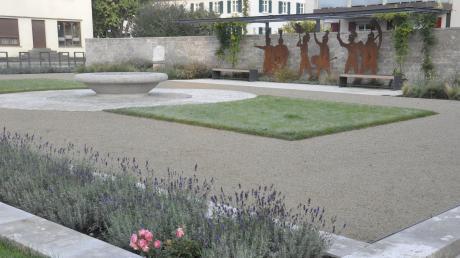 Direkt neben dem Rathaus in Mertingen liegt der neu gestaltete Platz mit der Silhouette der Römergruppe.
