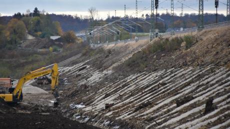 Den fast 115 Jahre alten Bahndamm zwischen Fünfstetten und Nußbühl haben Bauarbeiter auf einer Länge von gut zwei Kilometern mit einem speziellen Verfahren stabilisiert. Die Arbeiten sollen demnächst abgeschlossen werden.