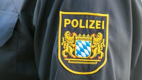 Die Polizei berichtet von herausgerissenen Holzpfählen in Westendorf.