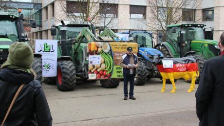 Vor dem Verwaltungsgebäude der Molkerei Zott in Mertingen diskutierten Landwirte gemeinsam mit Vertretern der Molkerei über einen fairen Milchpreis.