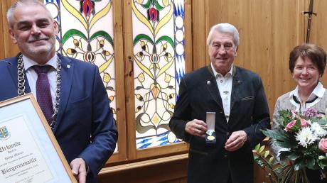 Oberndorfs Bürgermeister Franz Moll (links) verlieh Helge Motzer (Zweiter von rechts) zum Dank die Goldene Bürgermedaille. Mit im Bild sind Gisela Motzer sowie Bernd Motzer, Juniorchef von Tigra.