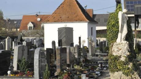 Im Oberndorfer Friedhof sollen künftig auch Urnenbestattungen möglich sein. Erste Pläne wurden nun im Gemeinderat vorgestellt.
