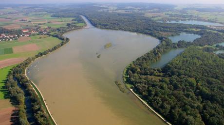 Den Kopfspeicher am Kraftwerk Bertoldsheim (Bild) will die Uniper Wasserkraft künftig um 20 Zentimeter höher stauen. Das hat auch Auswirkungen auf Marxheim und Niederschönenfeld. Die Bürgermeister der Donau-Kommunen und Anlieger fürchten, dass auch das Grundwasser steigen könnte.