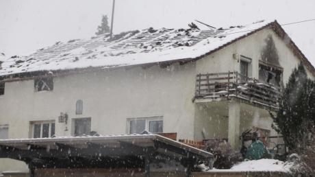 Durch einen Brand völlig zerstört wurde dieses Wohnhaus in Rögling. Sieben Mitglieder einer Familie verloren ihr Dach über dem Kopf.