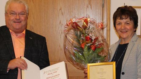 Zweiter Bürgermeister Richard Kohl überreichte Maria Mittl die Urkunde, mit der sie zur Altbürgermeisterin ernannt wird.