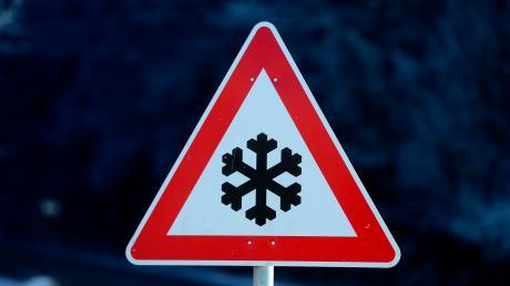 Auf einer schneeglatten Straße zwischen Horgau und Agawang verlor ein Autofahrer die Kontrolle.