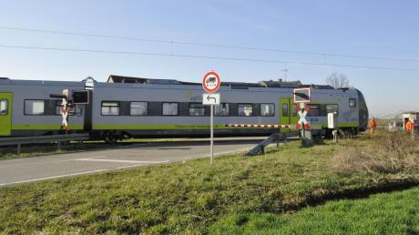 Gleis und Straße sollen sich nahe Staudheim künftig nicht mehr direkt kreuzen. Damit sollen weitere Unfälle vermieden werden.