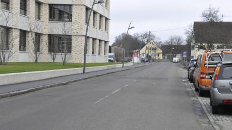Soll eine Verkehrsinsel als Querungshilfe erhalten: die Dr.-Steichele-Straße in Mertingen.