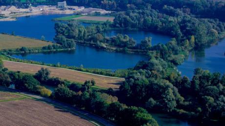 Die Donau könnte zwischen Donauwörth und der Lechmündung – im Bild sind mit dem Fluss die Baggerseen und das Kieswerk Genderkingen zu sehen – ihr ursprüngliches Bett zurückbekommen. Das Projekt stellten Vertreter des Wasserwirtschaftsamts im Gemeinderat Genderkingen erstmals der Öffentlichkeit vor.