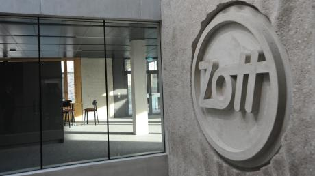 Das Herz der Molkerei Zott schlägt nach wie vor in Mertingen – allerdings in völlig neuer Optik. In der frisch bezogenen Unternehmenszentrale prangt das Logo des Unternehmens mit seinen 300 hier untergebrachten Mitarbeitern direkt über dem Eingangsbereich – einem Atrium, das sich über mehrere Stockwerke erstreckt.