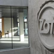 Das Herz der Molkerei Zott schlägt nach wie vor in Mertingen – allerdings in völlig neuer Optik. In der Unternehmenszentrale prangt das Logo.