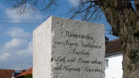 Der Römerstein für den Distrikt Rain steht am westlichen Ortseingang von Staudheim und wurde heuer 150 Jahre alt.