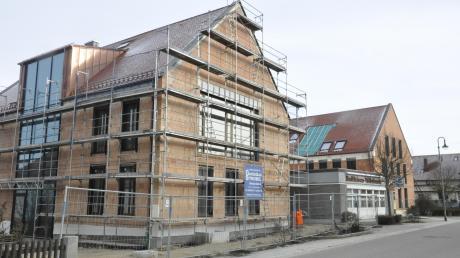 Bis zum Frühjahr soll das neue Rathaus in Buchdorf (vorne) bezugsfertig sein. Bis Ende 2021 könnte dann das Bankgebäude (Mitte) abgerissen werden. Das Geldinstitut zieht womöglich in das Geschäftshaus I (im Hintergrund). Dazwischen entsteht laut Plan ein Dorfplatz.