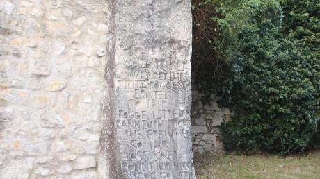 Die Stele mit Inschrift von Johannes Engelhardt steht im Wemdinger Stadtgraben beim Rosengarten.