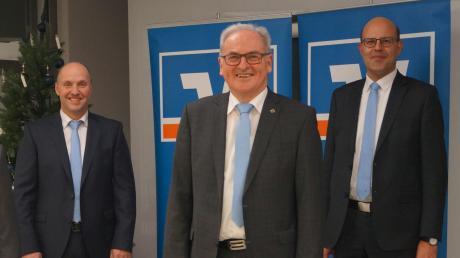 Ende einer Ära bei der Raiffeisen-Volksbank Wemding: (von links) Aufsichtsratsvorsitzender Hermann Rupprecht, Vorstand Bernd Frisch, der langjährige Bankchef Wilhelm Feil und der neue Vorstand Klaus Pelz.