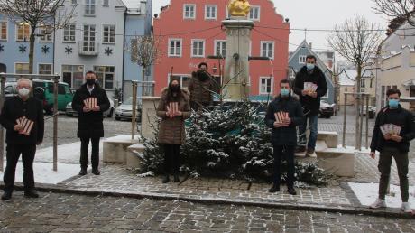 Sie zogen die Gewinner der Wemdinger Wertmarkenaktion: (von links) Zweiter Bürgermeister Hans Roßkopf, Max Engelhardt, Judith Strohhofer, Annette Letsch, Klaus Fischer, Hans-Ludwig Held und Marco Pattermann.