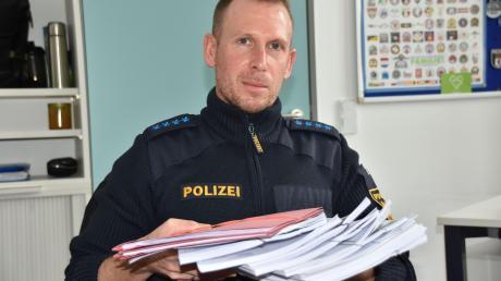 Ein dicker Papierstapel. Das sind die Akten der Fälle von Internetbetrug, die Stephan Lang von der Polizeiinspektion Donauwörth allein in dieser Woche bearbeitet hat.