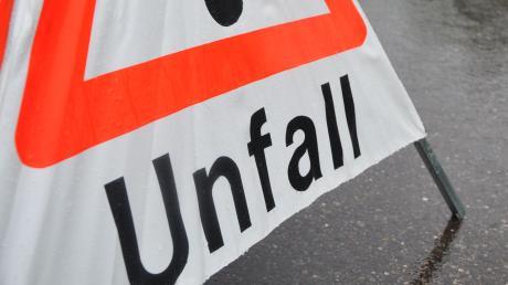 Die Fahrerin eines Kleintransporters kam bei Aichach-Unterwittelsbach von der Bundesstraße B300 ab und landete im Graben.