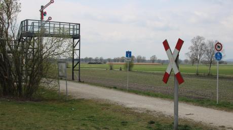 """An der ehemaligen Strecke des """"Bähnles"""" zwischen Mertingen und Wertingen erinnert eine alte Signalanlage an den früheren Betrieb."""