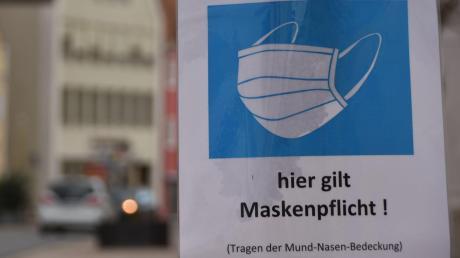 Ein Schild zum Tragen des Mund-Nasen-Schutzes im öffentlichen Raum, hier in der Donauwörther Reichsstraße.