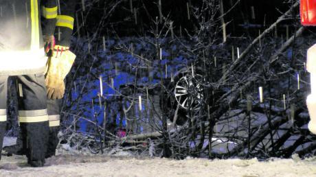 Auf glatter Straße ist am Sonntagabend dieses Auto auf der B16 zwischen Riedlingen und Erlingshofen ins Schleudern geraten und hat sich überschlagen. Der Wagen blieb im Gebüsch auf dem Dach liegen.