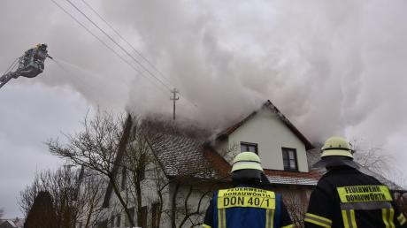Eine gewaltige, weithin sichtbare Rauchwolke stand am Dienstagnachmittag über dem Wohnhaus, das in Auchsesheim in Brand geraten war. Die Feuerwehr versuchte von innen (Trupps mit schwerem Atemschutz) und von außen (mit zwei Drehleitern), die Flammen zu löschen.