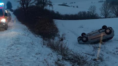 In der Böschung neben der Straße überschlagen hat sich dieses Auto nahe Wemding. Der Fahrer, 18, erlitt Verletzungen.