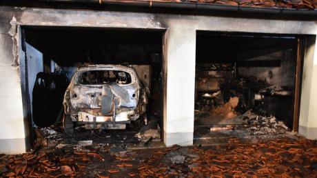 Nach den Löscharbeiten wurde das Ausmaß der Zerstörungen an einem Wohnhaus in Auchsesheim sichtbar.