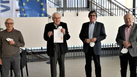 Franz Eberle (Zweiter von links) erhielt eine hohe Auszeichnung des Bayerischen Volkshochschulverbands. Unser Bild zeigt ihn zusammen mit Mitgliedern des Vhs-Vorstandes (von links) Günther Treimer, Franz Eberle, Paul Soldner und Franz Haselmayr.