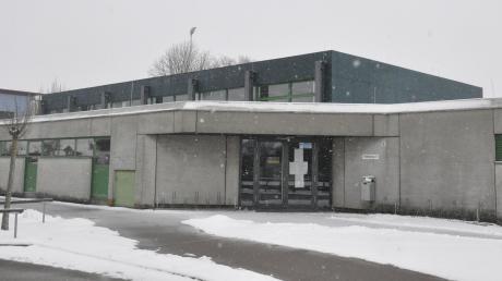 In einer weiteren Sanierungsphase soll die Lüftung in der Mertinger Turnhalle erneuert werden. Derzeit ist das Gebäude gesperrt.