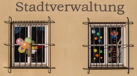 """Dieses Foto entstand am VG-Gebäude in Wemdingt und zeigt symbolisch, wie der Fasching quasi """"hinter Gittern"""" eingesperrt ist."""