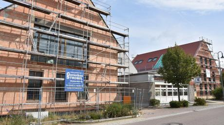 Das neue Gemeindezentrum in Buchdorf. Vorne das neue Rathaus, hinten das Geschäftshaus I.