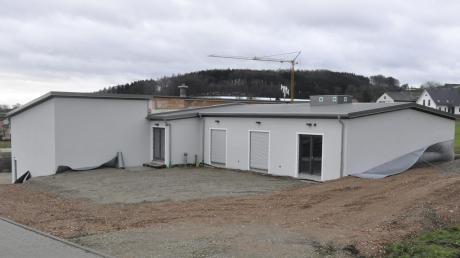 So sieht es aus, das Feuerwehr- und Dorfgemeinschaftshaus im Donauwörther Ortsteil Schäfstall. Das Gebäude liegt am Hang. So ist der Zugang für die Vereine seitlich gelegen, während die Feuerwehr ihre Zufahrt und Garagen auf der unteren Ebene hat.