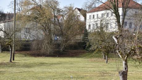 Im Pfarrgarten in Kaisheim soll – falls die Verantwortlichen der Kirche zustimmen – eine provisorische Kinderkrippe entstehen.