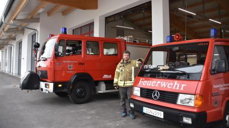 Freut sich mit seinen Kameraden auf die neuen Räumlichkeiten: Der Fünfstettener Feuerwehrkommandant Bernd Dunzinger, Im Hintergrund ist der Bereich des gemeindlichen Bauhofs zu sehen.