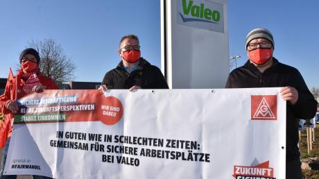 Gewerkschafter und Betriebsratsmitglieder – darunter Bernd Schneid (Mitte) – machten am Montag vor dem Valeo-Werkstor in Wemding auf den drohenden Stellenabbau aufmerksam.