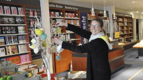 """""""Es wird höchste Zeit, dass wir öffnen dürfen""""Kathrin Engelhard, Leitern der Rupprecht Filiale in Donauwörth, bereitet bereits alles für die Wiedereröffnung des Buchladens am Montag vor."""