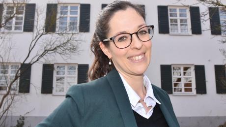 """Pfarrerin zu sein ist für sie ein """"Traumberuf"""": Miriam Pieczyk hat am 1. März ihre Stelle in Ebermergen/Mauren angetreten. Hier ist die 31-Jährige vor dem Pfarrhaus in Ebermergen zu sehen."""