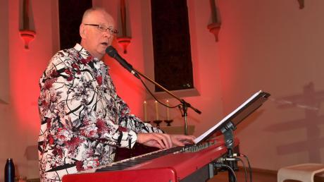 """Einer besonderen Herausforderung und neuen Erfahrung stellte sich Liedermacher Hans-Georg Stapff im Livestream-Konzert """"Wegweiser-Tour"""" in der Christuskirche in Donauwörth."""