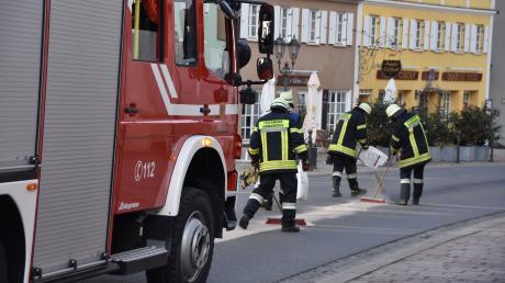 Die Feuerwehr band am Montag Sprit und Öl auf den Straßen in Donauwörth.