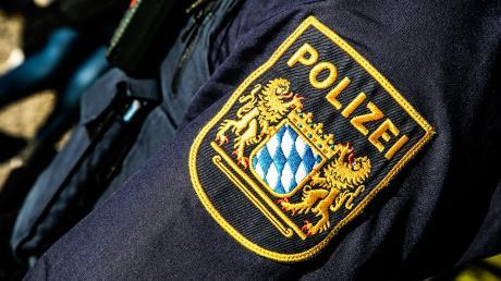 Mehrere Verkehrszeichen sind abgeflext worden, dazu wurden Fahrbahnbegrenzungen bei Haunsheim aus dem Boden gerissen. Die Dillinger Polizei hat einen Verdacht und sucht Zeugen.