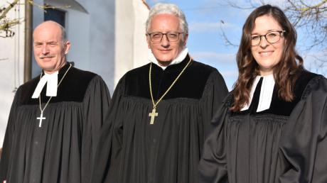 Neupfarrerin Miriam Pieczyk mit Regionalbischof Axel Piper (Mitte) und Dekan Johannes Heidecker nach der Ordination in Ebermergen.