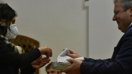"""Die ehemalige Gemeinderätin Gabriele Laxgang spielte """"Glücksfee"""" bei der Bauplatz-Verlosung in Kaisheim. Rechts Bürgermeister Martin Scharr."""