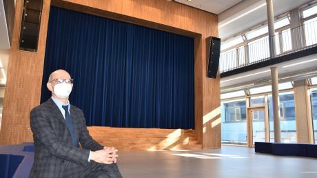 Genießt die Atmosphäre im neu gestalteten Mittelpunkt der Anton-Jaumann-Realschule: Rektor Heinz Sommerer in der lichtdurchfluteten Aula mit ihrer Bühne.