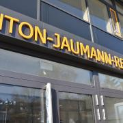 Der neue Haupteingang der Anton-Jaumann-Realschule in Wemding. Der Schriftzug kann bei Dunkelheit beleuchtet werden.